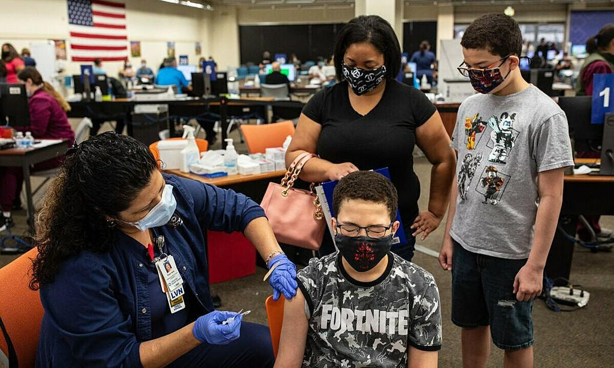 Damarcus Crimes, 13 tuổi, được tiêm một mũi vaccine Covid-19 của Pfizer-BioNTech tại San Antonio, bang Texas, Mỹ vào tháng 5. Ảnh: New York Times.