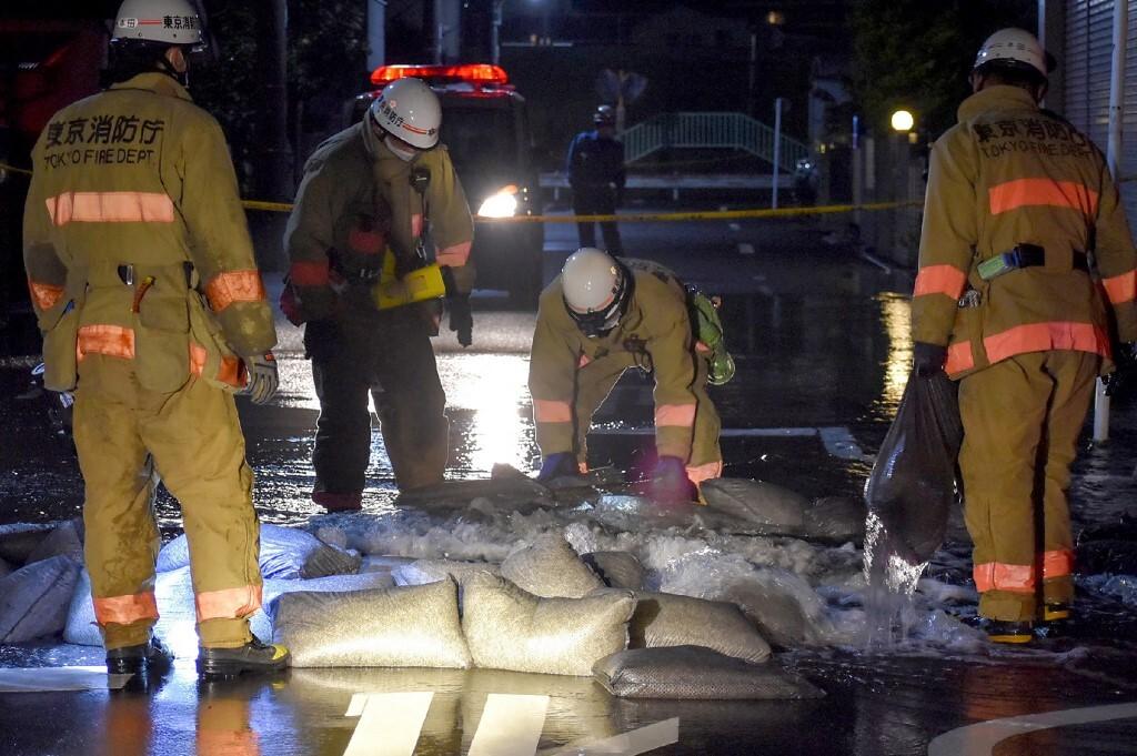 Nhân viên Sở Cứu hỏa Tokyo, Nhật Bản khắc phục đường ống dẫn nước bị hư hại sau trận động đất đêm 7/10. Ảnh: AFP.