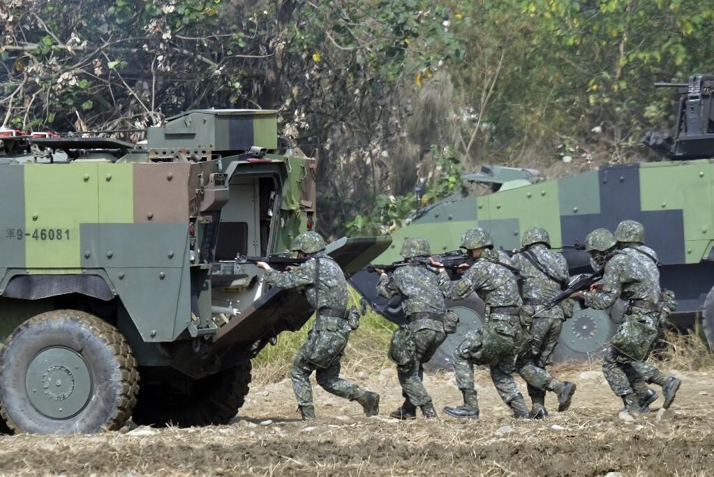 Các thành viên lực lượng đặc nhiệm Đài Loan đi phía sau một xe bọc thép trong một cuộc diễn tập quân sự hàng năm ở Đài Trung năm 2017. Ảnh: AFP.