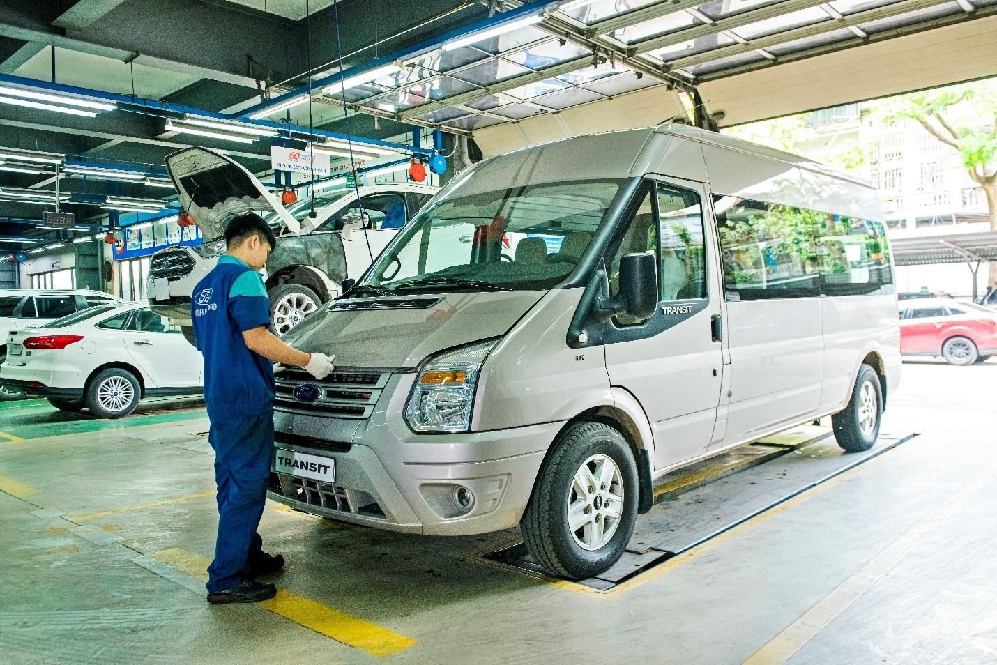 Kỹ thuật viên của Ford Việt Nam kiểm tra xe tại khu vực sửa chữa.