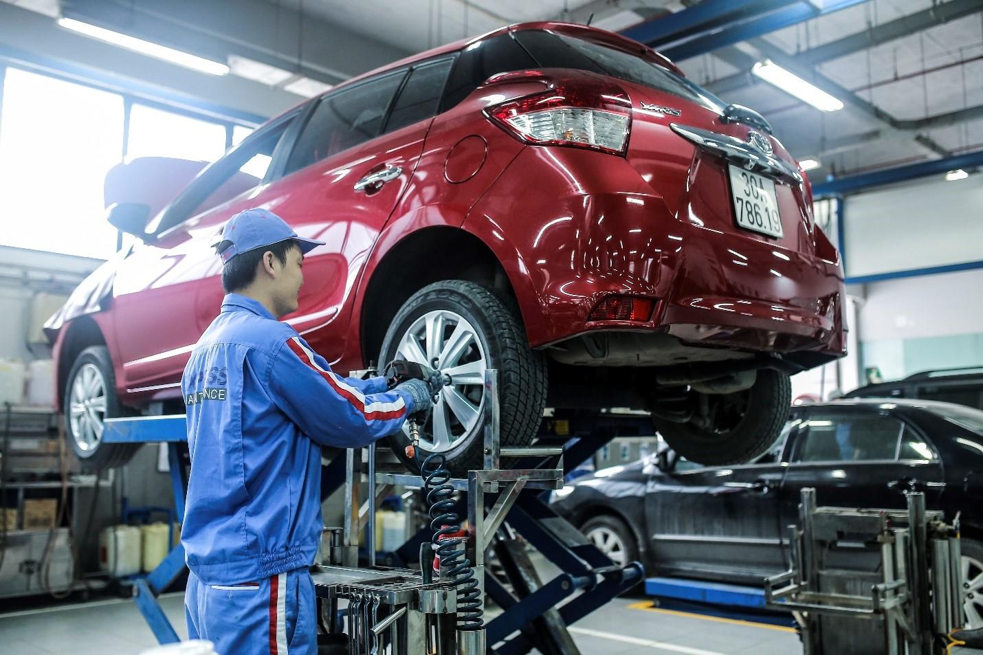 Nhân viên một đại lý Toyota trong xưởng dịch vụ..