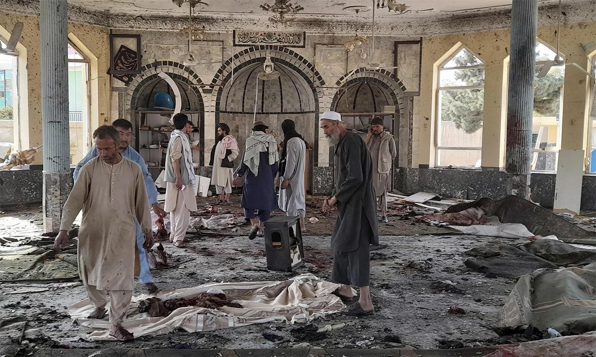 Hiện trường vụ đánh bom tại thánh đường Hồi giáo Gozar-e-Sayed Abad tại tỉnh Kunduz, Afghanistan ngày 8/10. Ảnh: AP.