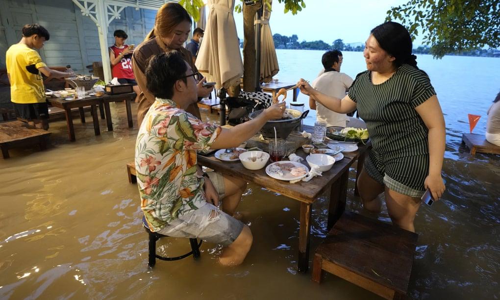 Thực khách trong nhà hàng của Titiporn Jutimanon. Ảnh: AP
