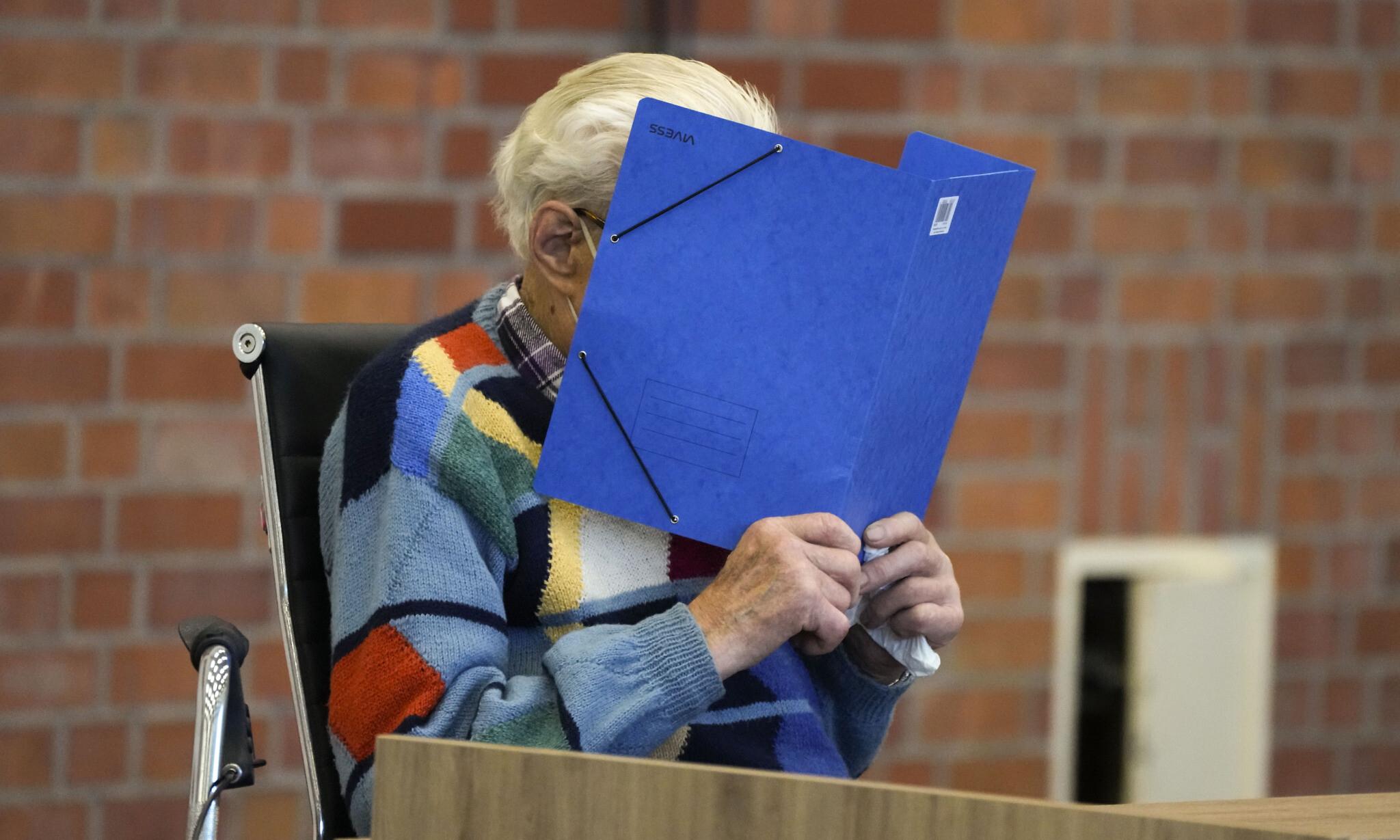 Bị cáo Josef S. che mặt trong phiên tòa tại Neuruppin, bang Brandenburg, Đức, hôm 7/10. Ảnh: AP.