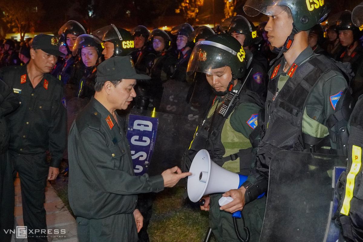 Trung tướng Phạm Quốc Cương, Tư lệnh Cảnh sát cơ động, trực tiếp chỉ đạo diễn tập các phương án bảo vệ hội nghị ASEAN năm 2020. Ảnh: Phương Sơn