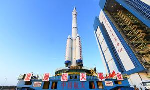 Tàu vũ trụ chở người thứ hai của Trung Quốc vào bệ phóng