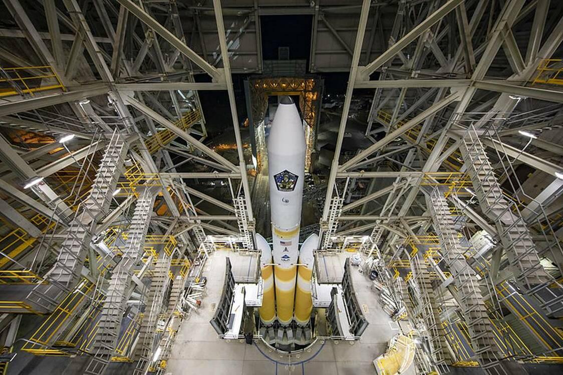 Tên lửa hạng nặng Delta IV của nhà thầu United Launch Alliance, mang kiện hàng mật của NRO, được phóng từ căn cứ không quân Vandenberg, bang California vào ngày 26/4. Ảnh: ULA.