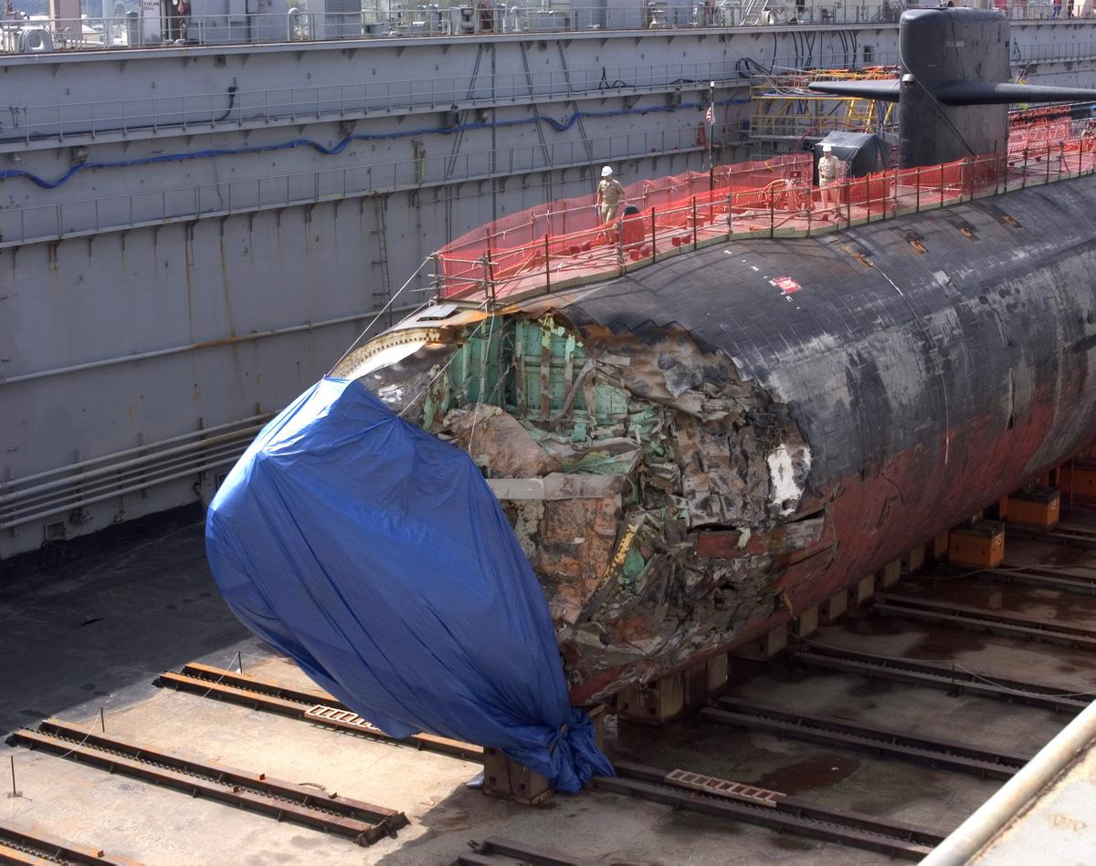 USS San Francisco với phần mũi hư hại trong xưởng cạn ở Guam ngày 27/1/2005. Ảnh: US Navy.