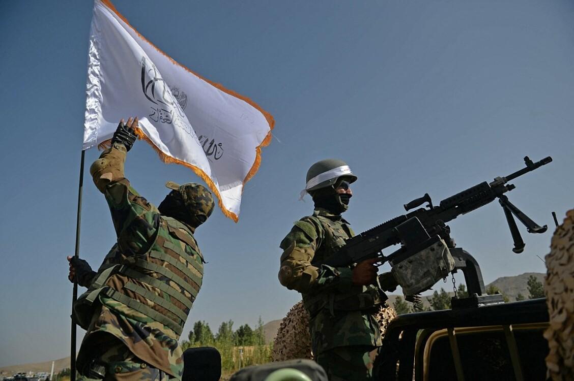 Lính Taliban đứng gác gần địa điểmdiễn ra cuộc tuần hành tại một cánh đồng ở ngoại ô Kabul hôm 3/10. Ảnh: AFP.