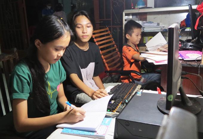 Ba em nhỏ ở ấp 2, xã Tân Quý Tây, huyện Bình Chánh, TP HCM, mồ côi sau khi ba qua đời do mắc Covid-19. Ảnh: Lê Tuyết