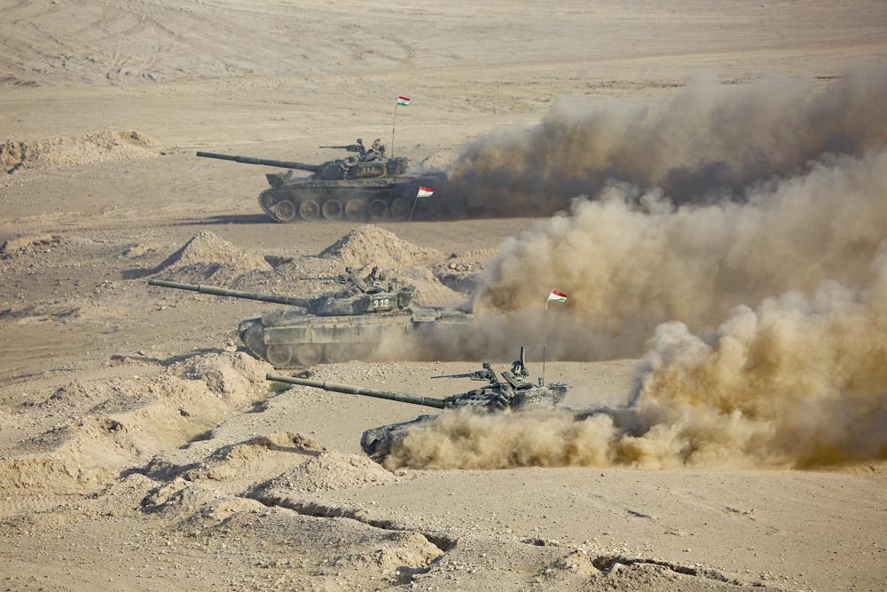 Xe tăng Tajikistan trong cuộc diễn tập chung với Nga và Uzbekistan gần biên giới Afghanistan hồi tháng 8. Ảnh: AP.