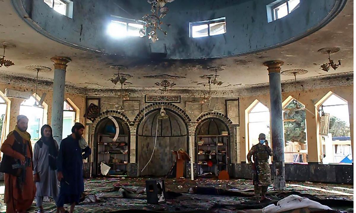 Lính Taliban tại hiện trường vụ đánh bom thánh đường Hồi giáo Gozar-e-Sayed Abad tại thành phố Kunduz, Afghanistan ngày 8/10. Ảnh: AFP.