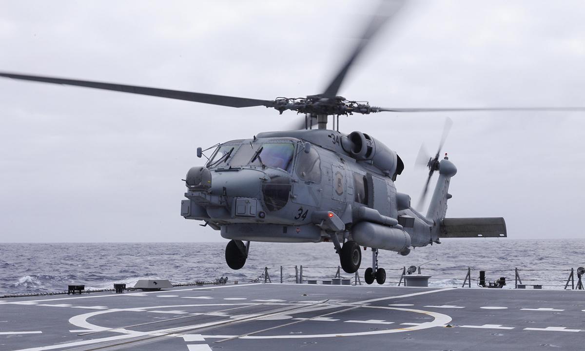 Trực thăng MH-60R của Mỹ hạ cánh trên khu trục hạm USS John Finn tại bờ biển phía Nam California ngày 31/3. Ảnh: US Navy.