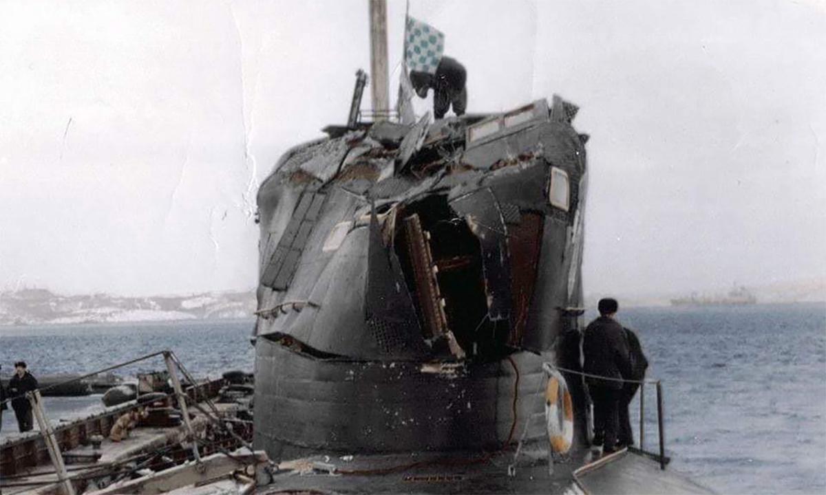 Tháp chỉ huy tàu ngầm B-276 Kostroma móp méo sau cú đâm vào tàu ngầm USS Baton Rouge ngoài khơi đảo Kildin, Nga tháng 2/1992. Ảnh: BQP Nga.