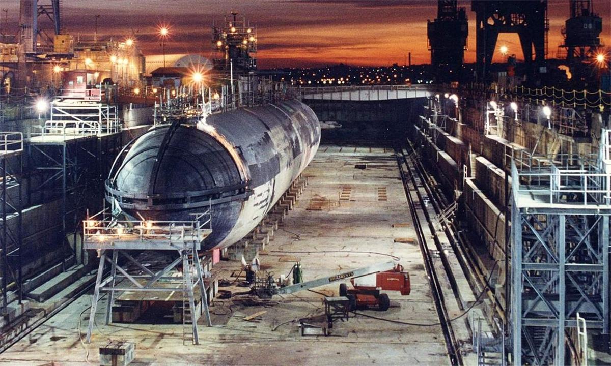 Tàu ngầm USS Baton Rouge tại ụ nổi ở đảo Mare, Mỹ tháng 2/1995. Ảnh: US Navy.