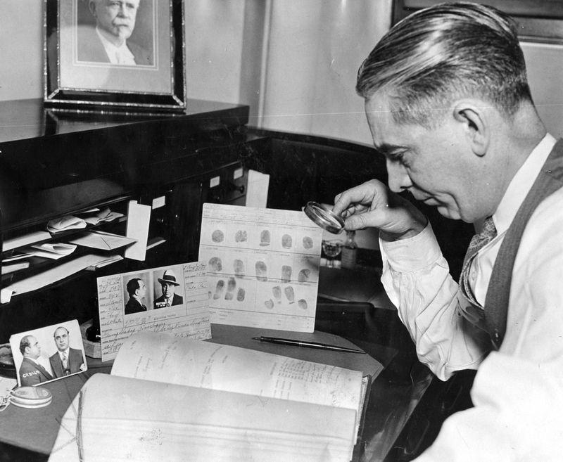Chuyên gia Cục Nhận dạng cảnh sát Chicago đối chiếu dấu vân tay và hồ sơ bắt giữ Al Capone, tháng 5/ 1932. Ảnh: Chicago Tribune historical photo