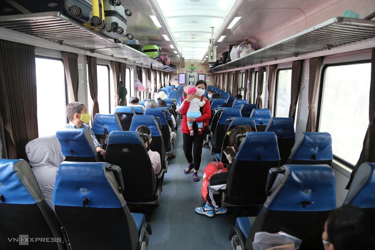 Người dân Quảng Bình đi tàu về quê từ TP HCM ngày 8/10. Ảnh: Đình Văn.