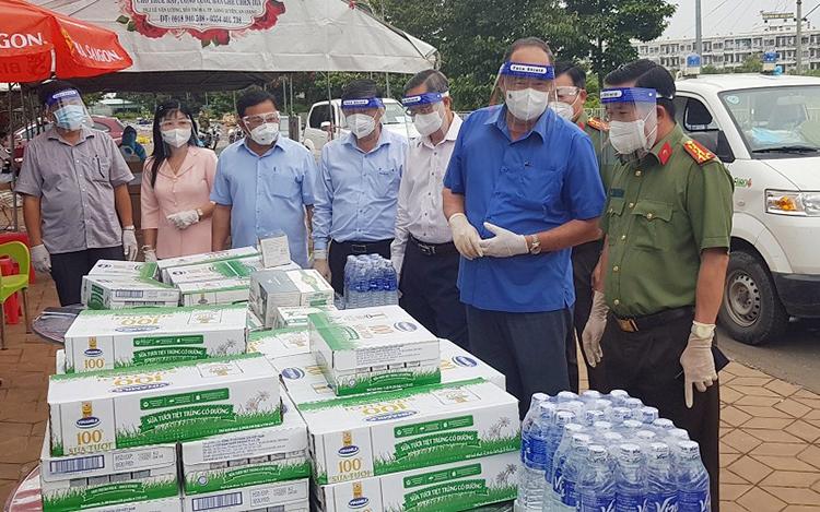 Từ trái sáng, Đại tá Đinh Văn Nơi và Chủ tịch UBND tỉnh An Giang Nguyễn Thanh Bình tại lễ tao 50 tấn gạo, 48.000 hộp sữa... cho người về quê. Ảnh: Như Phạm