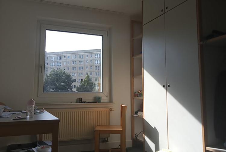 Ô cửa sổ ở phòng Tâm, nơi cô ngắm nhìn mọi thứ xung quanh trong những ngày đầu tới Đức. Ảnh: Nhân vật cung cấp