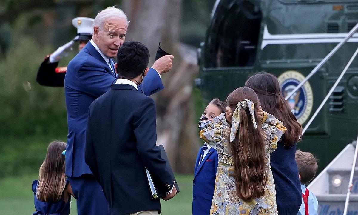 Tổng thống Mỹ Joe Biden tiếp gia đình các trợ lý quân sự tại Nhà Trắng vào ngày 8/10. Ảnh: Reuters.