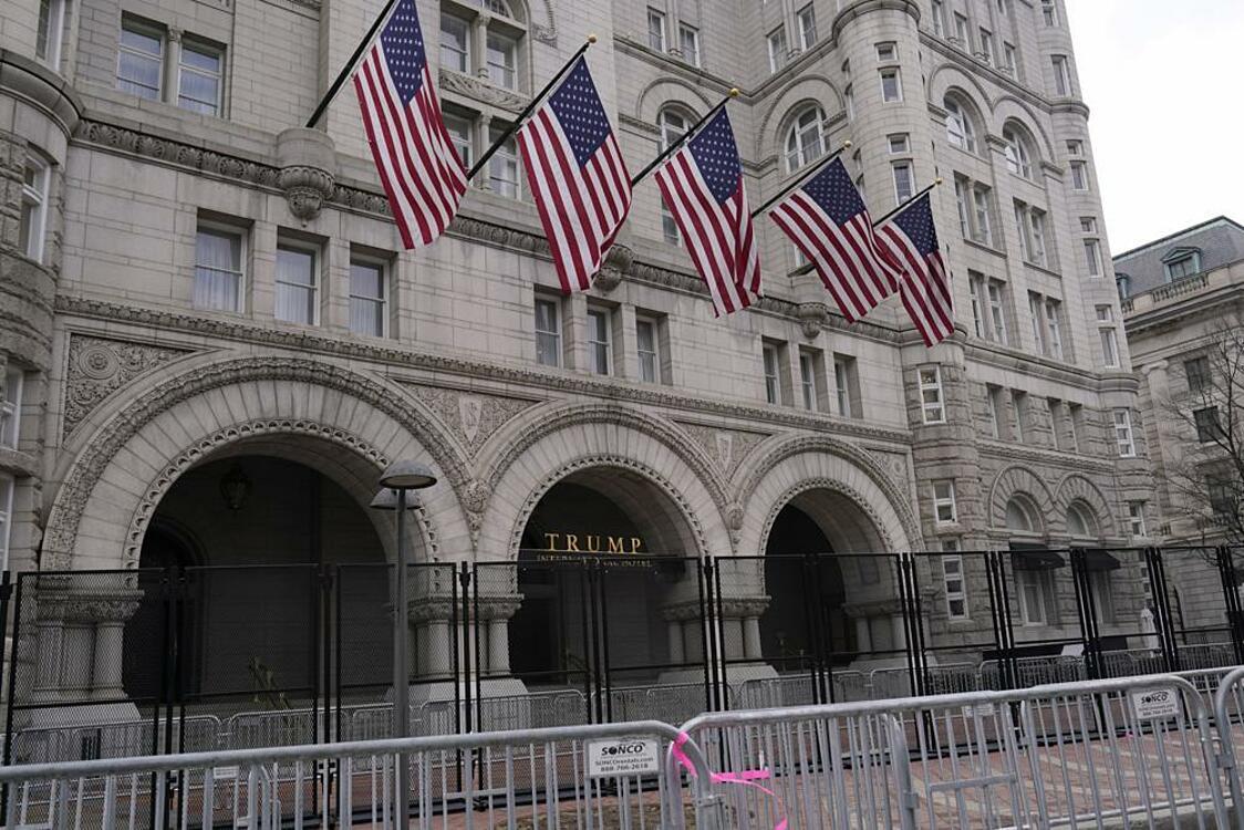 Khách sạn Trump tại thủ đô Washington vào ngày 15/1 được bảo vệ bằng hàng rào sắt do những lo ngại an ninh sau vụ bạo loạn Đồi Capitol ngày 6/1. Ảnh: AP.