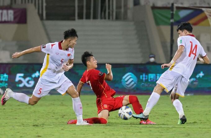 Việt Nam (áo trắng) hơn Trung Quốc về thời lượng kiểm soát bóng cũng như số cú dứt điểm. Ảnh: AFP