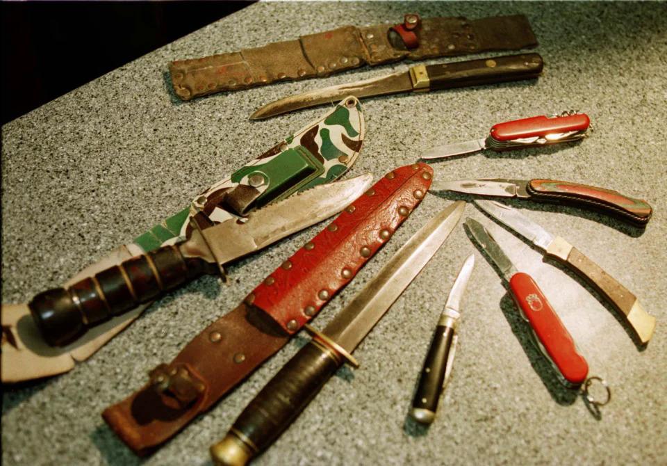 Cảnh sát tìm thấy những con dao Edwin Hopkins thu thập, cất giữ trong phòng ngủ. Ảnh: Reuters