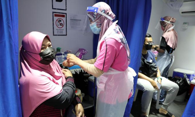 Người dân được tiêm vaccine Covid-19 tại Kuala Lumpur, Malaysia, hôm 12/7. Ảnh: Reuters.