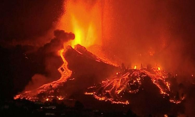 Núi lửa phun khối dung nham to bằng tòa nhà
