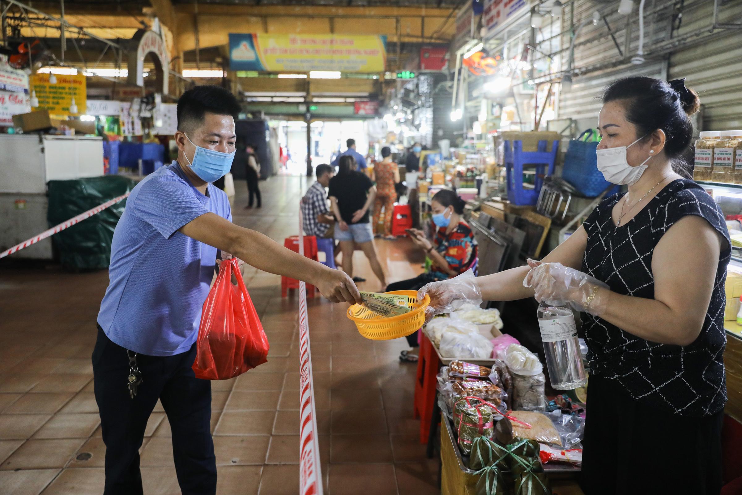Chợ Bến Thành mở cửa trở lại sau hơn 3 tháng tạm ngưng, ngày 6/10. Ảnh: Quỳnh Trần