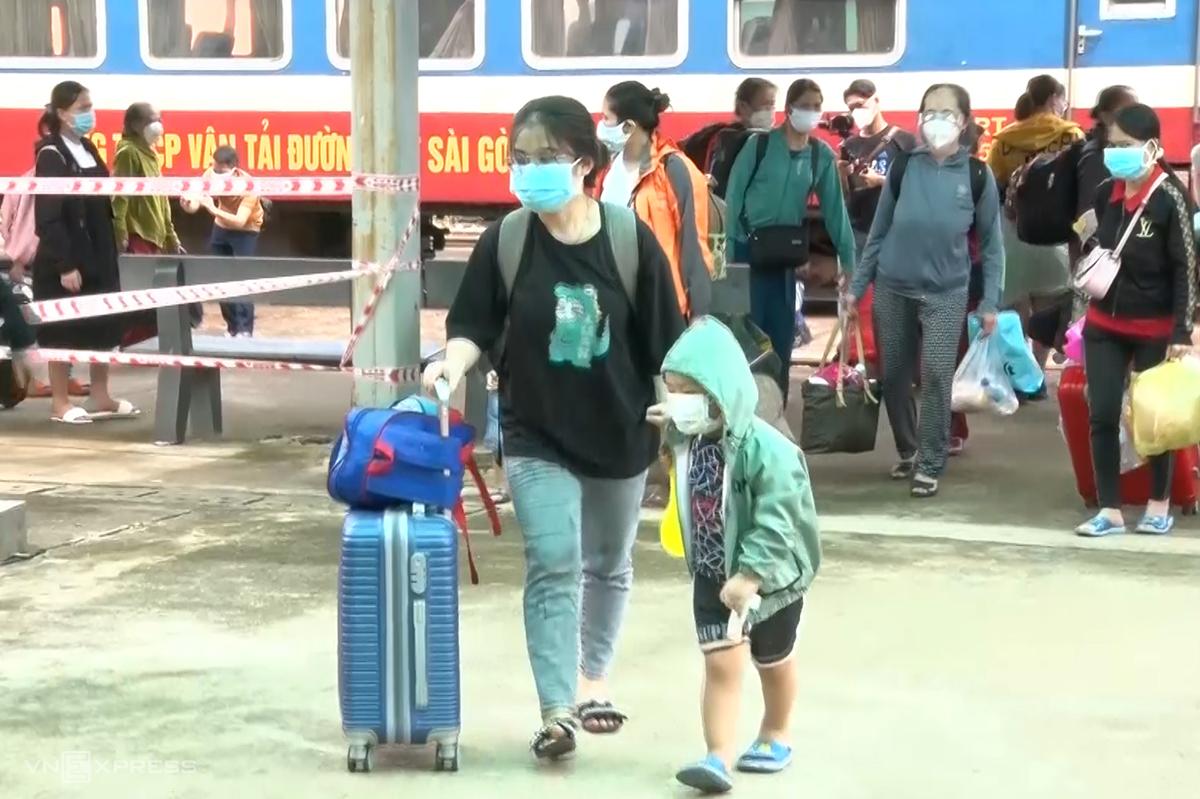 Quảng Bình đón gần 2.400 phụ nữ mang thai, em nhỏ, người già từ TP HCM và các tỉnh phía Nam về quê bằng tàu hoả. Ảnh: Hoàng Táo