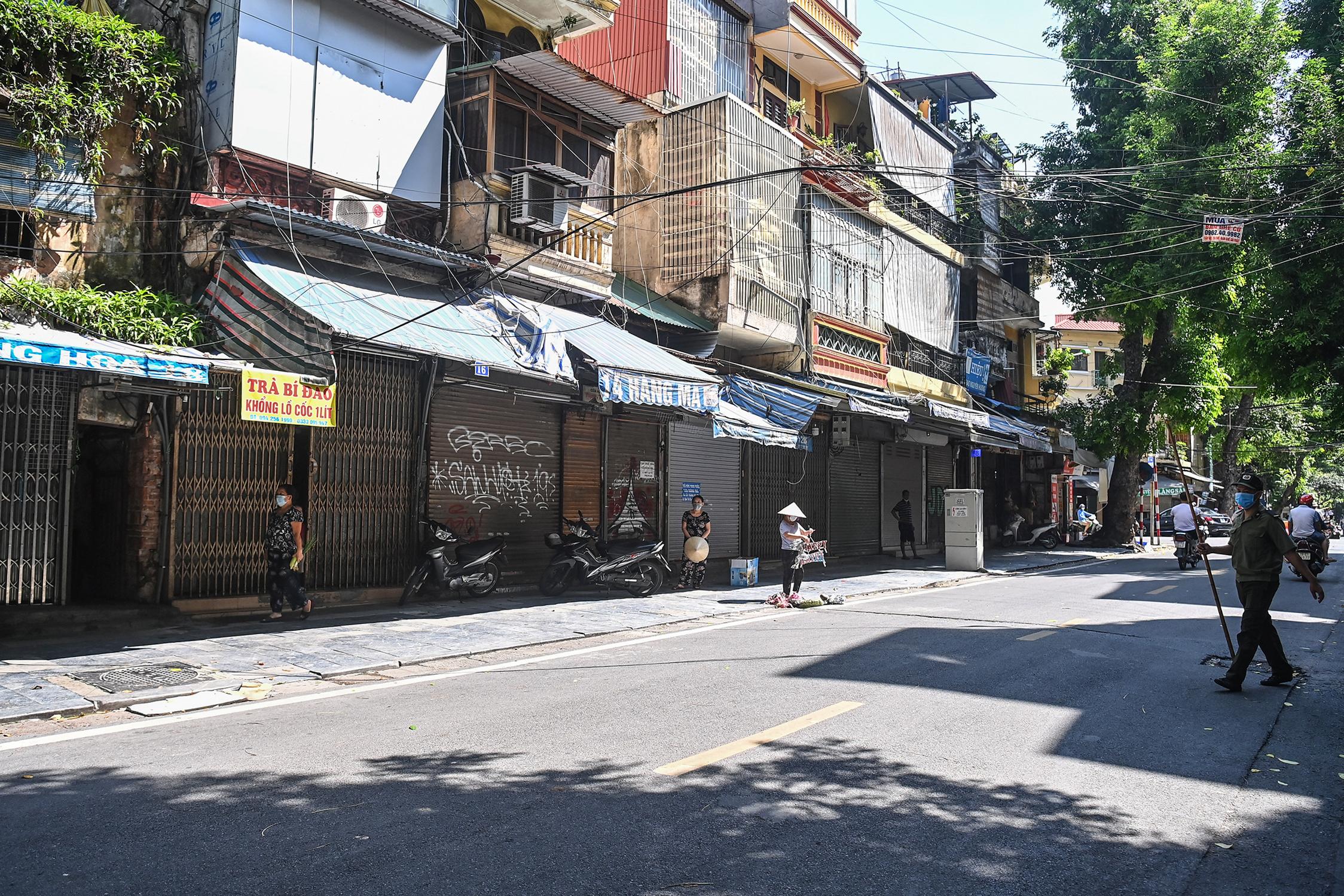 Cửa hàng trên phố Hàng Mã ở Hà Nội đóng cửa kinh doanh trong giãn cách xã hội, ngày 19/9. Ảnh: Giang Huy