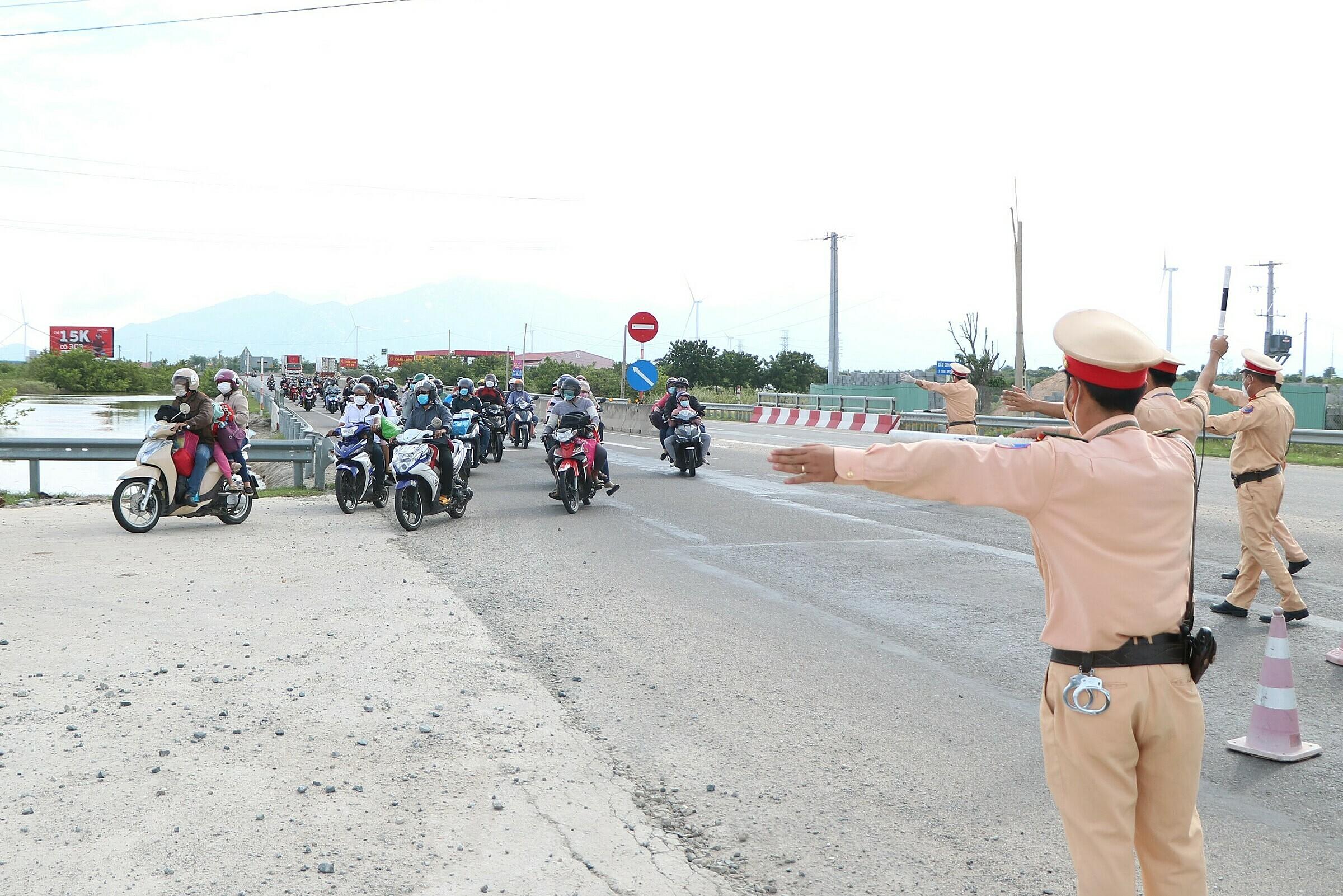 Gần 1.800 công dân Ninh Thuận về quê bằng xe máy, đến huyện Thuận Nam vào chiều 2/10. Ảnh: Đức Huynh