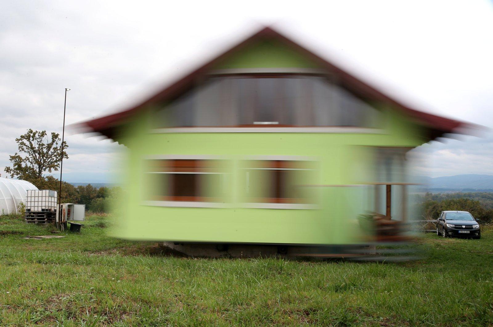 Cụ ông xây nhà xoay 360 độ để chiều lòng vợ