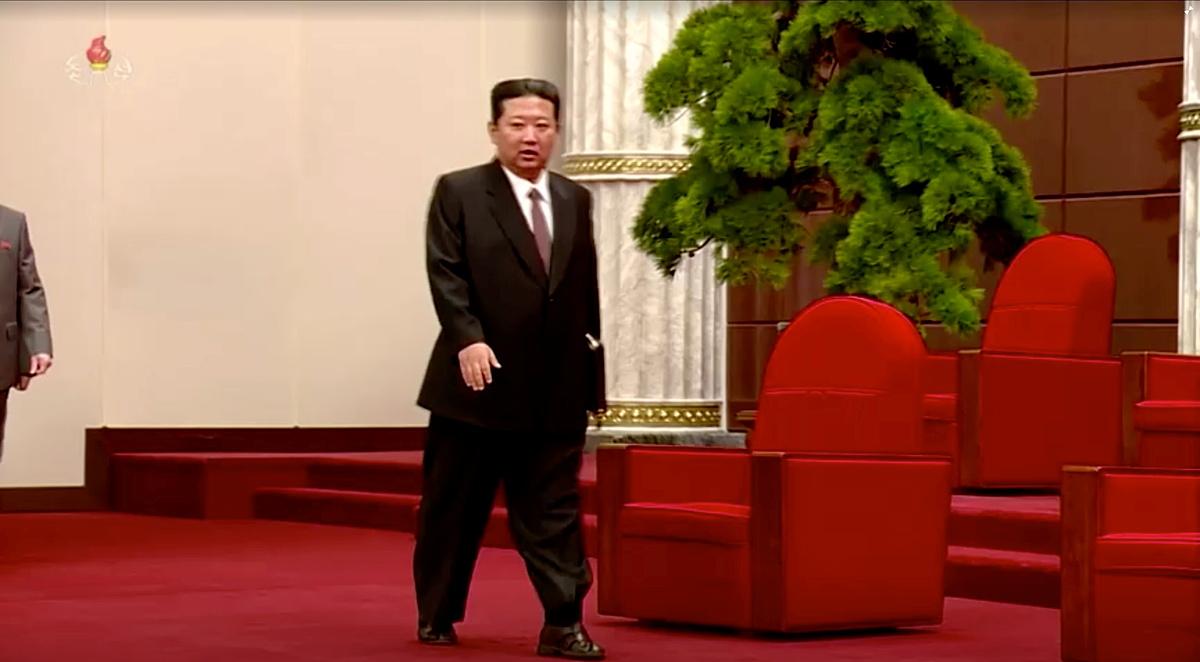 Lãnh đạo Triều Tiên Kim Jong-un đi xăng đan tham gia cuộc họp với quan chức nhân kỷ niệm 76 năm kỷ niệm thành lập đảng Lao Động Triều Tiên hôm 10/10. Ảnh: KRT TV