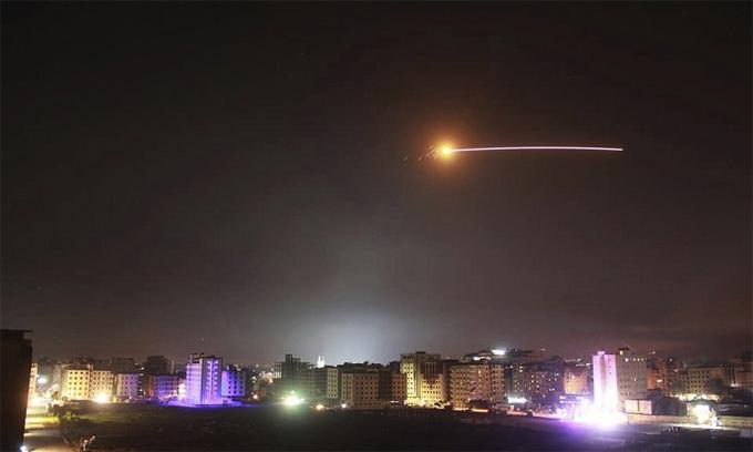 Phòng không Syria đánh chặn một vụ không kích của Israel hồi tháng 5/2018. Ảnh: AP.