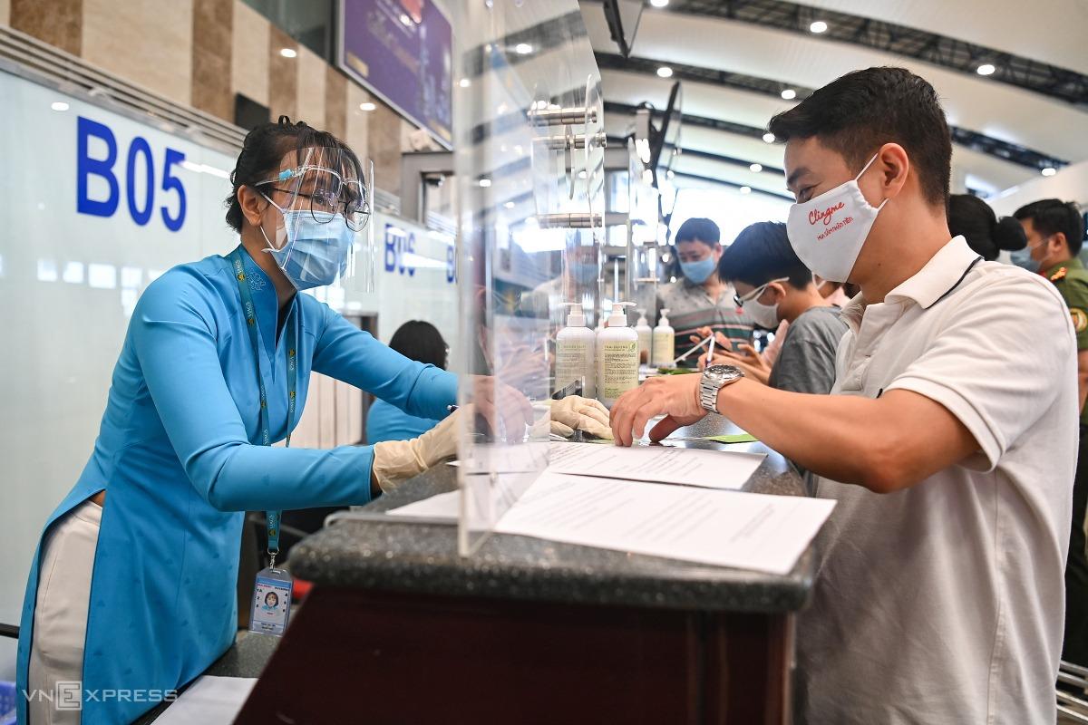 Hành khách làm thủ tục bay đi TP HCM ngày 10/10. Ảnh: Giang Huy.