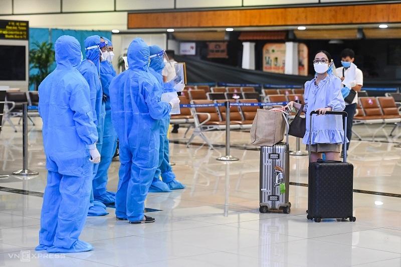Nhân viên y tế đón người từng đặt phòng tại khách sạn để cách ly nhưng nhiều người từ chối khi Hà Nội có quy định mới. Ảnh: Giang Huy