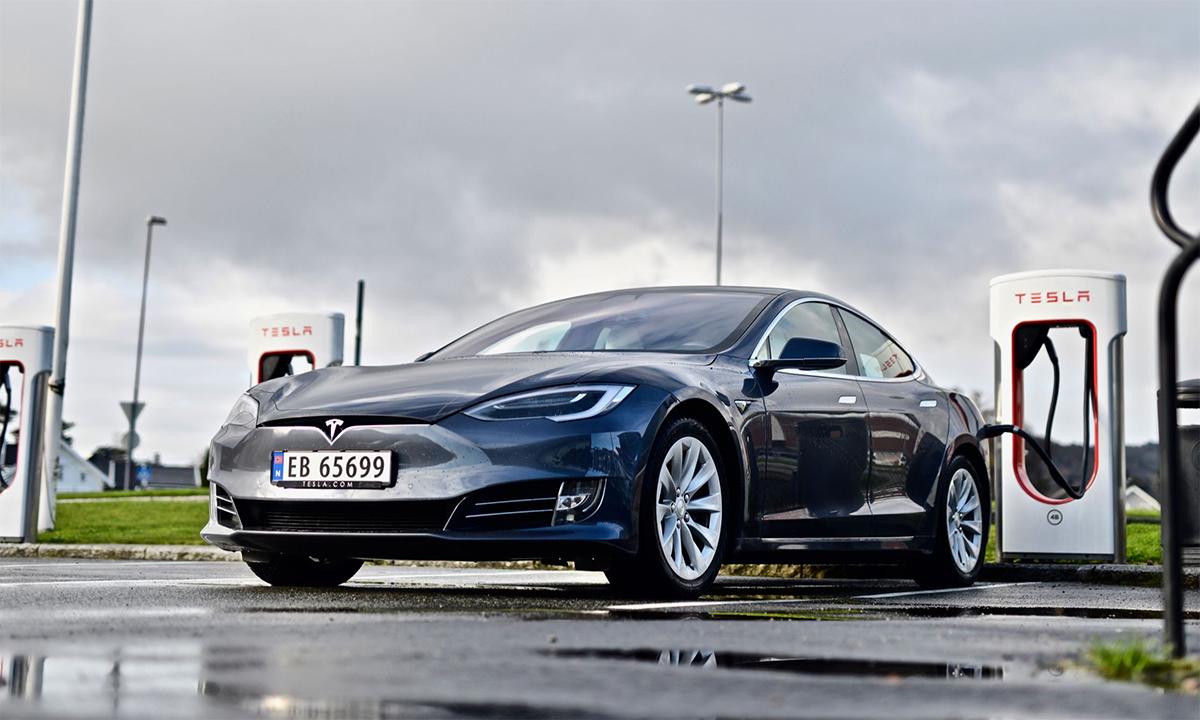 Xe điện Tesla Model S tại một trạm sạc ở Na Uy. Ảnh: Teknisk Ukeblad