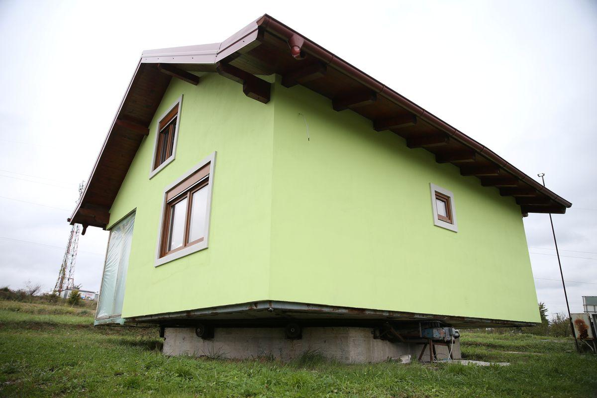 Cụ ông xây nhà xoay 360 độ để chiều lòng vợ - 5