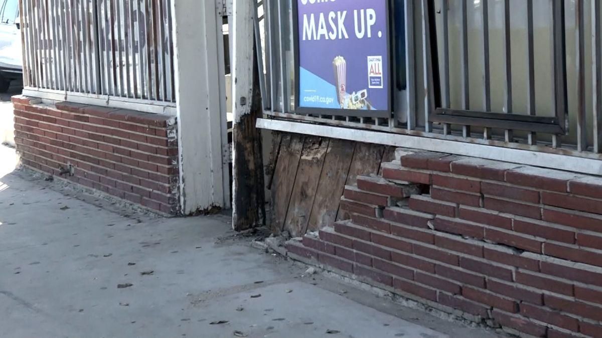 Hiện trường vụ tông xe lên vỉa hè ở Hawthorne hôm 10/10. Ảnh chụp màn hình: CNN