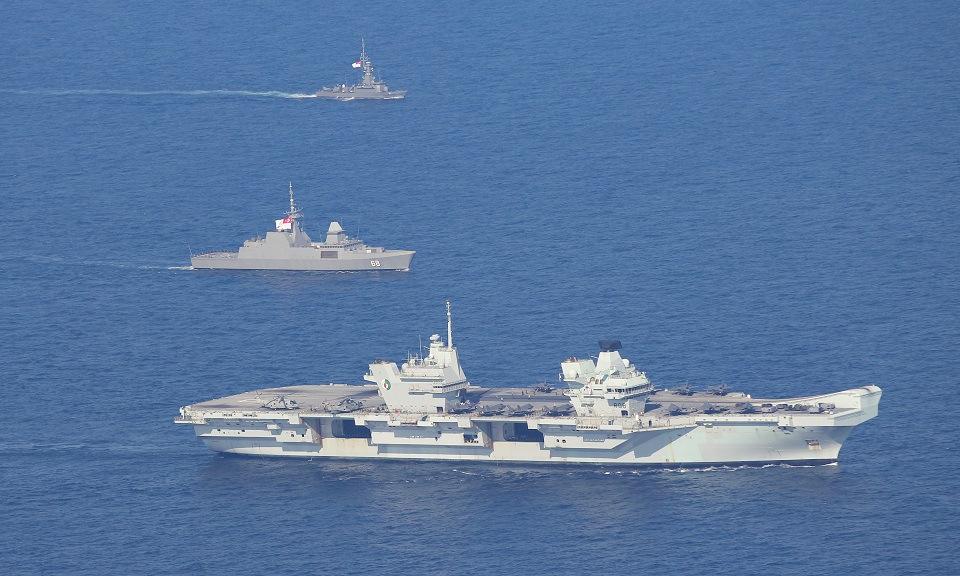 HMS Queen Elizabeth (gần) diễn tập cùng tàu chiến Singapore hôm 9/10. Ảnh: Royal Navy.