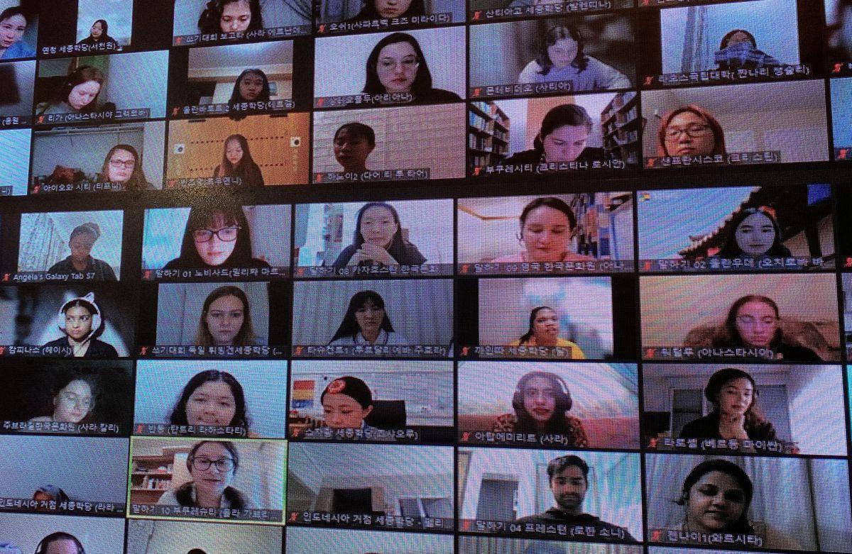 Những người từ nước ngoài tham gia cuộc thi hùng biện bằng tiếng Hàn do Sejong Institute Foundation tổ chức tại Seoul, Hàn Quốc, ngày 8/10. Ảnh: Reuters/Dogyun Kim