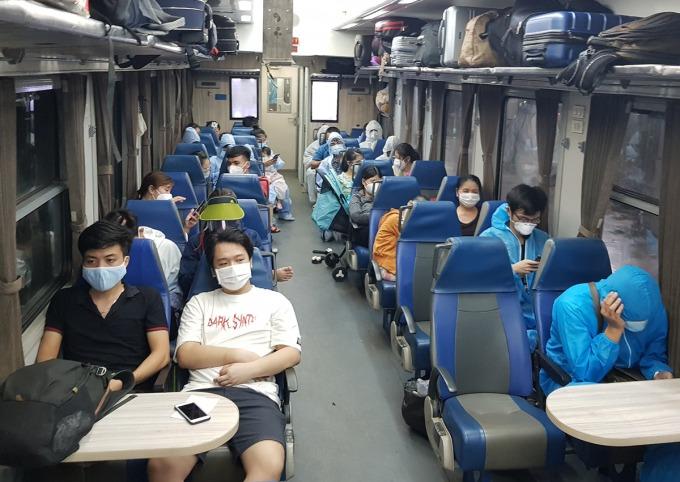 Tàu chuyên biệt đưa khách từ ga Sài Gòn về Hà Tĩnh tối 24/7. Ảnh:Anh Duy.