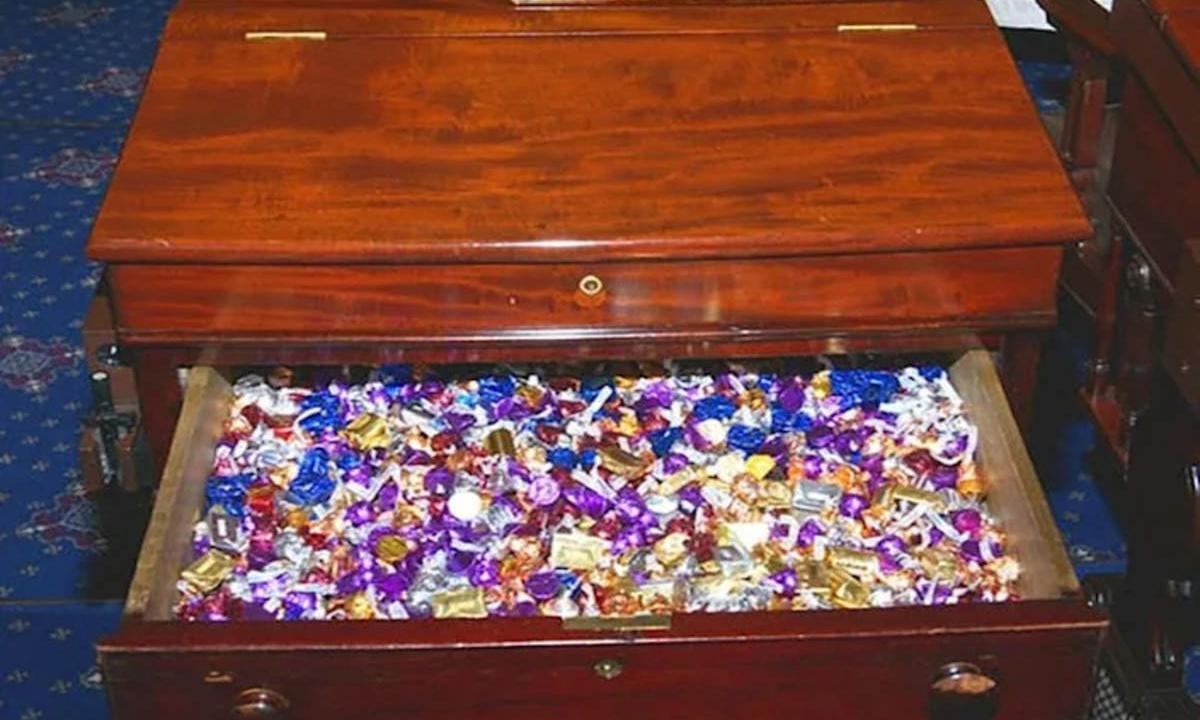 Ngăn bàn kẹo ở phòng Thượng viện Mỹ ở thủ đô Washington DC. Ảnh: AFP.