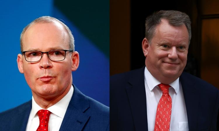Ngoại trưởng Ireland Simon Coveney (phải) và quan chức Anh David Frost. Ảnh: Reuters.