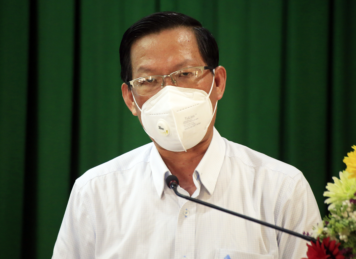 Chủ tịch UBND TP HCM Phan Văn Mãi trả lời các kiến nghị của cử tri 4 quận, huyện: 7, 4, Nhà Bè và Cần Giờ chiều 11/10. Ảnh: Hữu Công