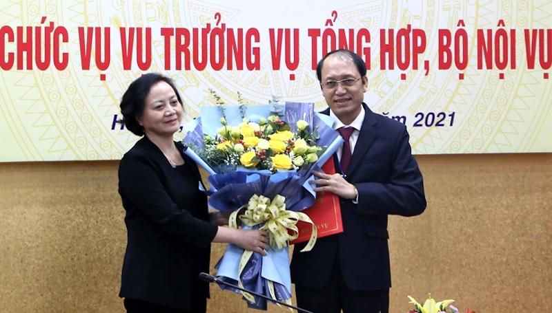 Bộ trưởng Phạm Thị Thanh Trà chúc mừng ông Nguyễn Văn Thủy trúng tuyển chức danh Vụ trưởng Vụ tổng hợp sau thi tuyển cạnh tranh. Ảnh: Hiếu Duy