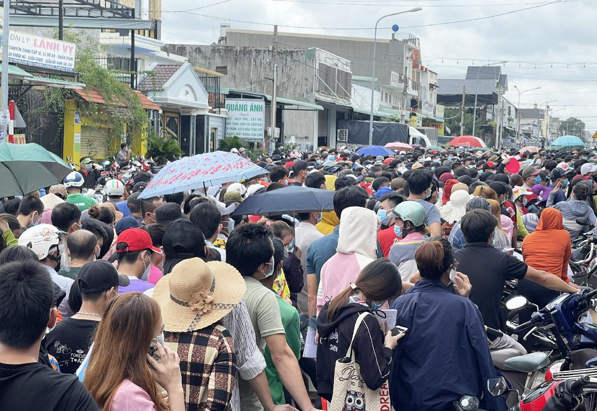 Người dân chen lấn tại điểm tiêm ở phường Thuận Giao, TP Thuận An trong ngày 11/10. Ảnh: Thái Hà