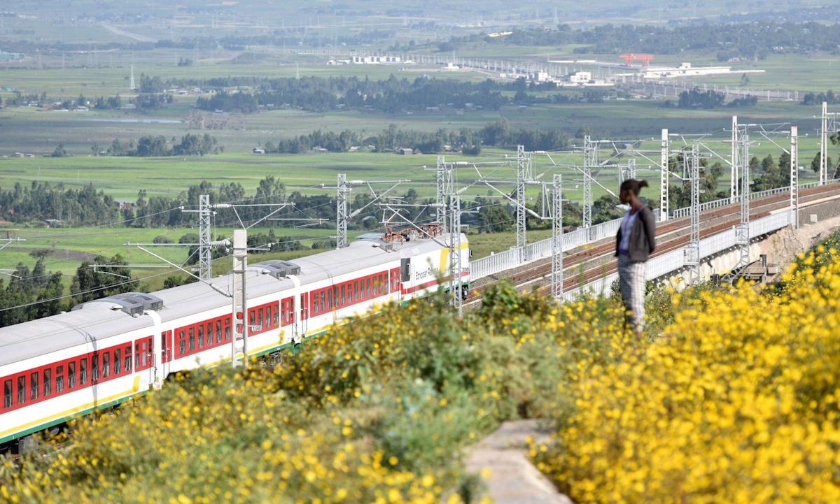 Đoàn tàu chạy trên tuyến đường sắt điện hiện đại đầu tiên Ethiopia-Djibouti tại Addis Ababa, Ethiopia vào tháng 10/2016. Ảnh: Xinhua.